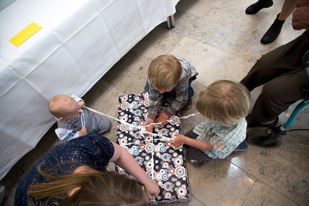 Alle børnene hjælper med gaverne